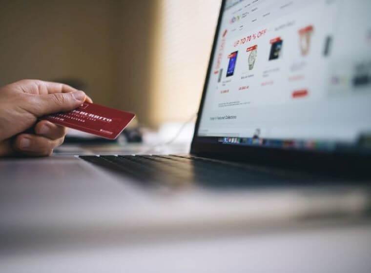 クレジットカードでネットショッピングをする人