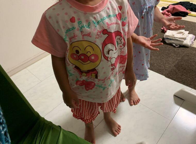 ミライコイングリッシュを見ている4歳双子の女の子